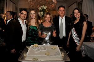Grazia_Pitorri-festa_compleanno-Majestic-Roma-foto-di-gruppo-torta