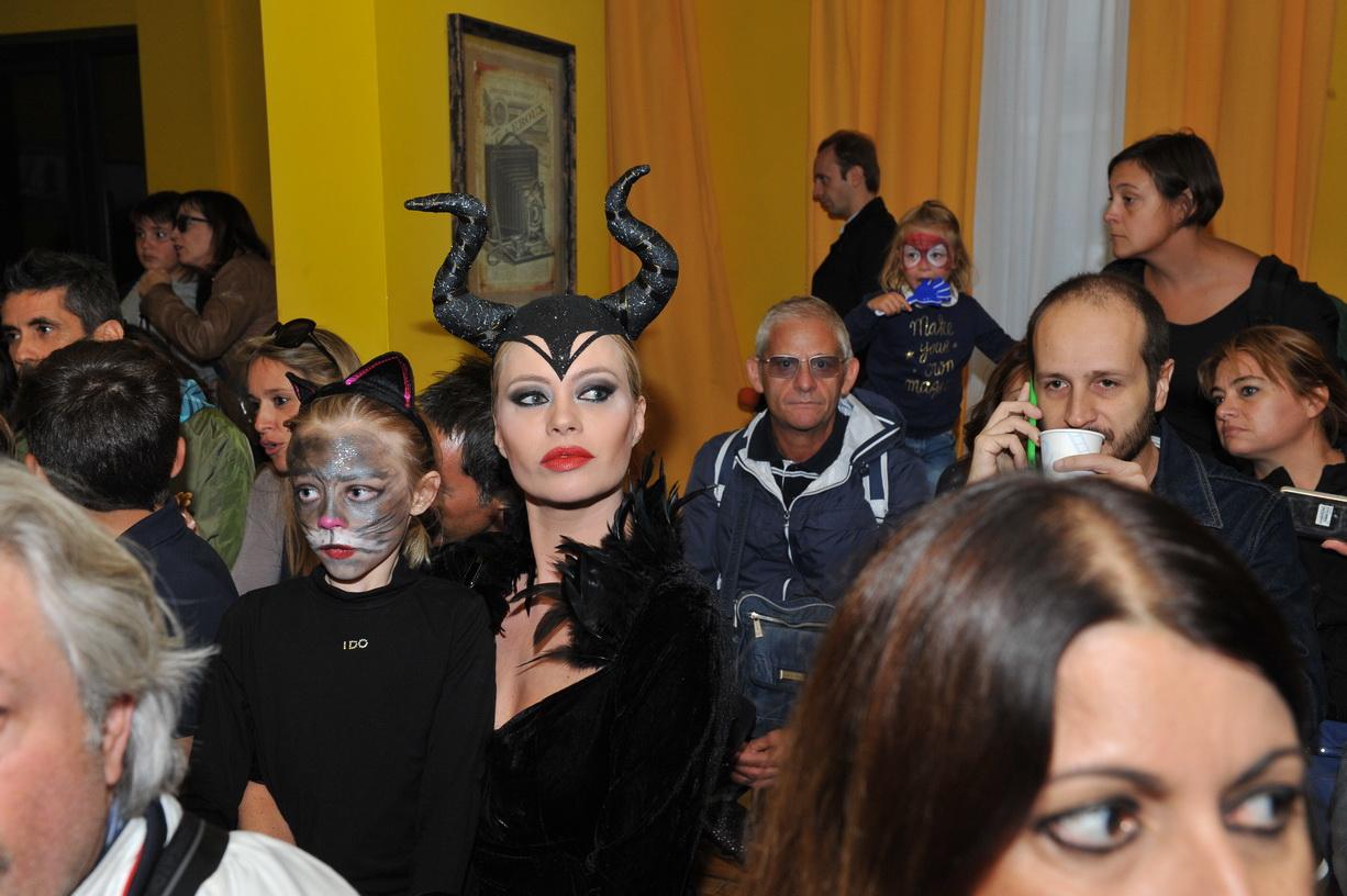 Anna falchi strega per un giorno la festa di halloween