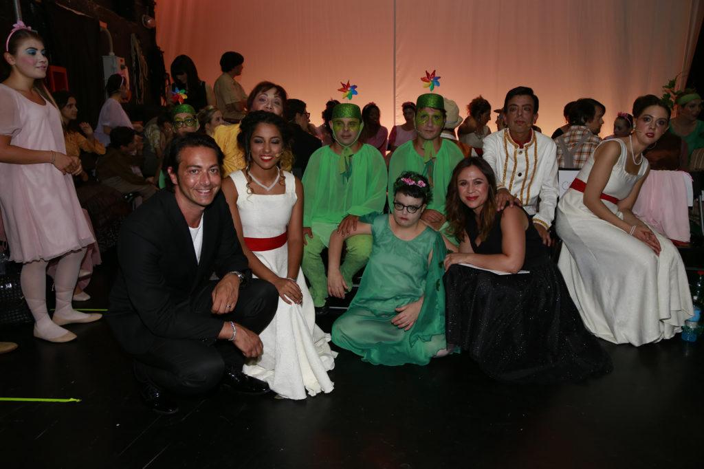 Alex Pacifico, conduttore della serata, con i ragazzi dell'Arte nel Cuore